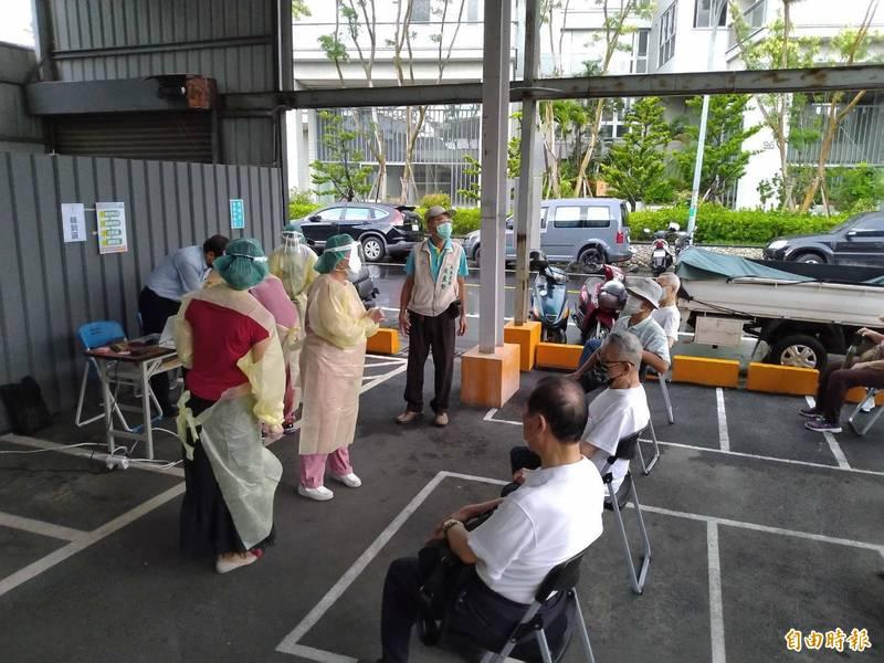 台南市今起展開第六類第一階段順位長者施打AZ疫苗。(記者王姝琇攝)