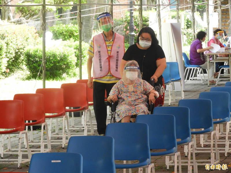 板橋高中疫苗接種站秩序良好,未出現人潮聚集或排隊情形。(記者賴筱桐攝)