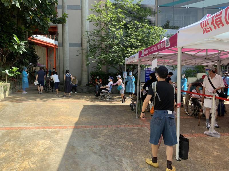 民眾在萬芳高中排隊等打疫苗。(萬芳醫院提供)
