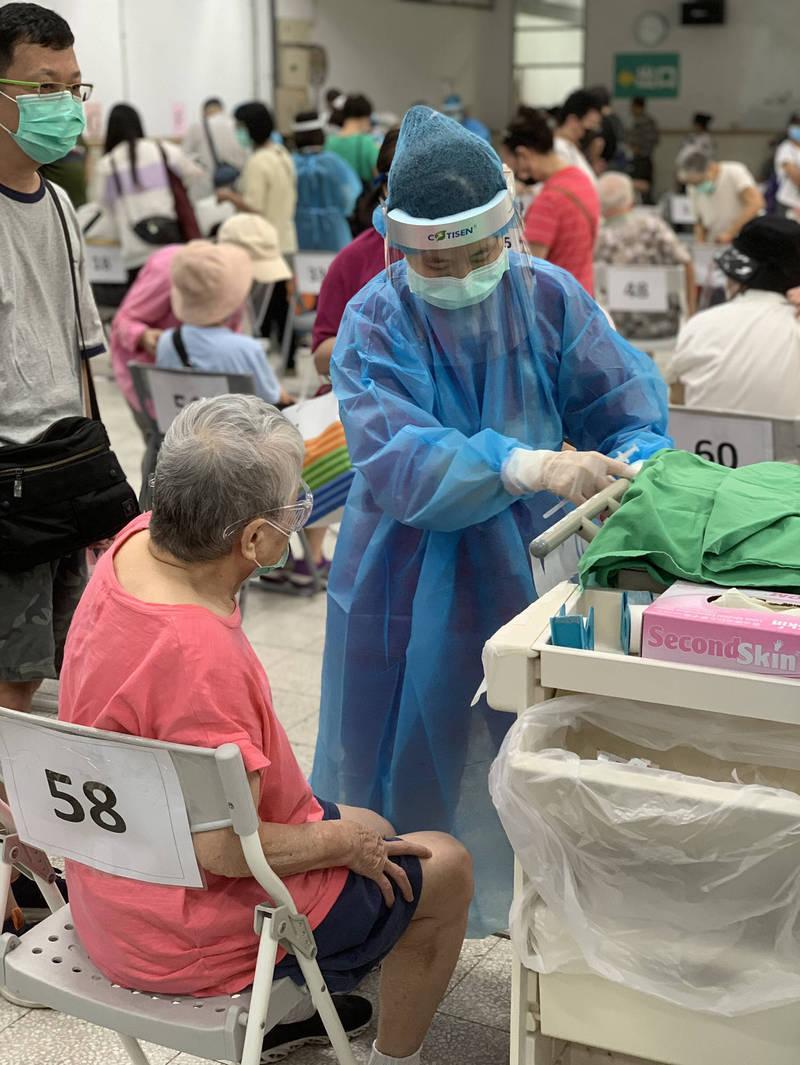 萬芳醫院人員協助施打疫苗。(萬芳醫院提供)