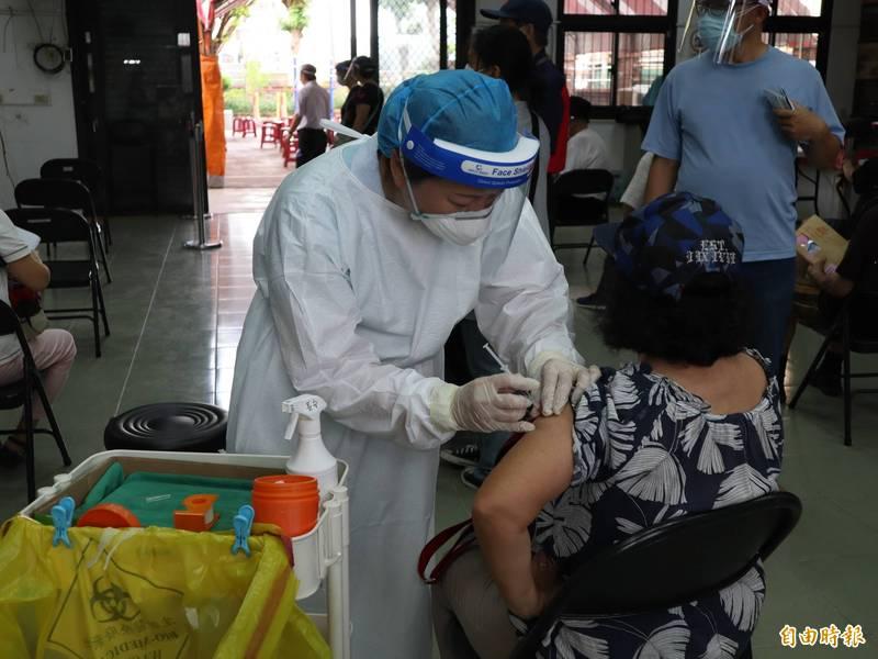 針對武漢肺炎疫苗注射者的施打資格,衛生局強調會嚴格審查,查有不法將開罰。(記者歐素美攝)