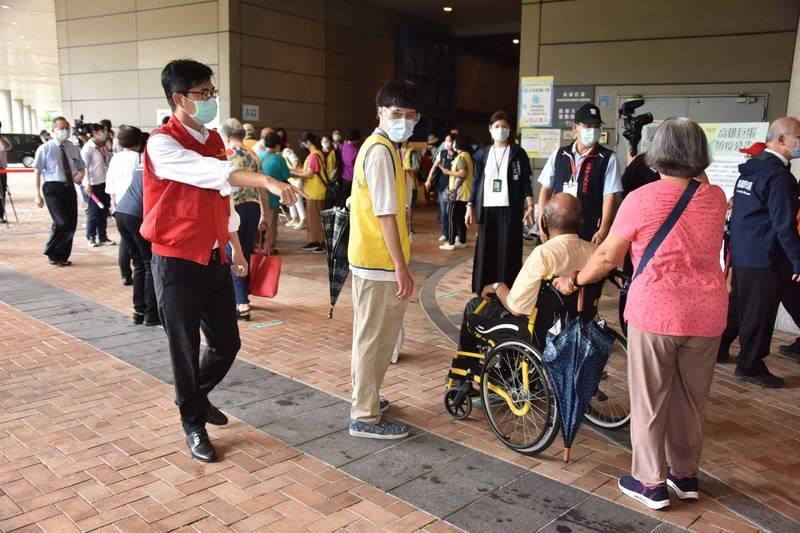 高雄市長陳其邁今上午前往高雄巨蛋了解長輩疫苗施打情況。(記者王榮祥翻攝)