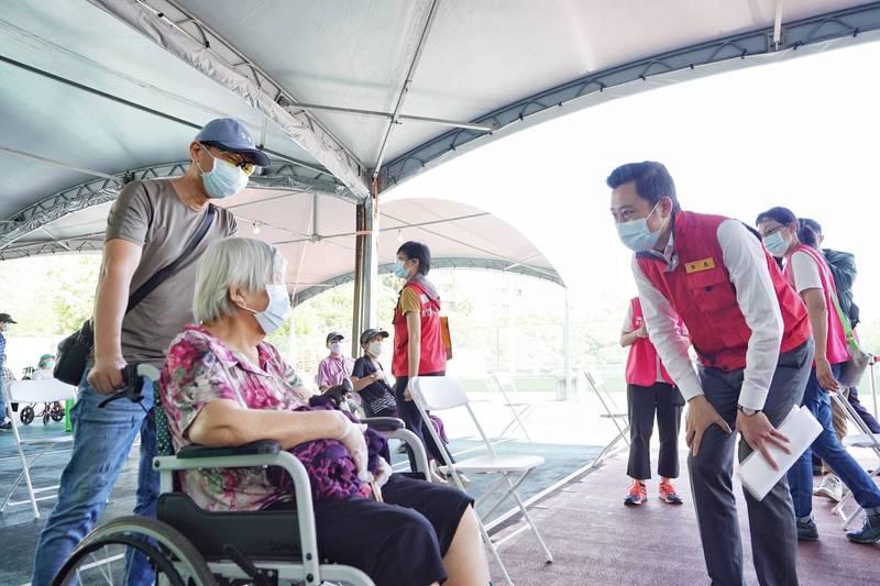 市長林智堅前往施打站關心長者接種狀況。(圖由市府提供)