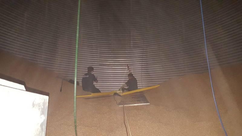 男子被玉米粒掩埋,救援人員搶救。(民眾提供)