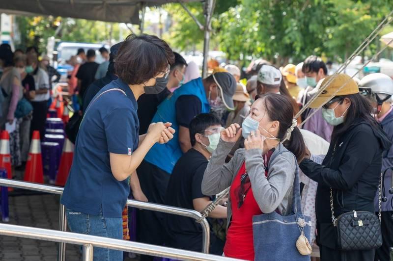縣長饒慶鈴(左)到快打站視察疫苗施打狀況。(台東縣府提供)
