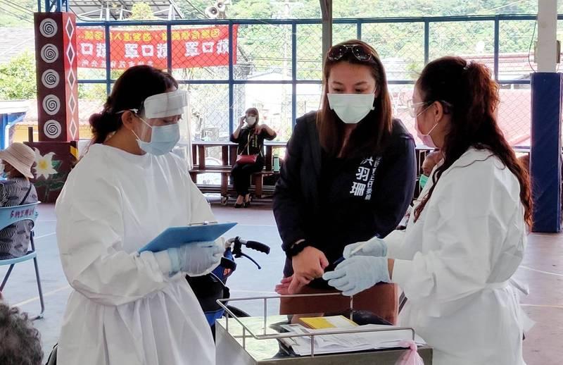 高市原民會主委阿布斯前往茂林區了解原鄉長輩施打疫苗情況。(記者王榮祥翻攝)