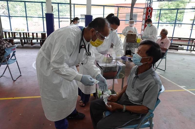 茂林區長輩上午陸續前往施打疫苗。(記者王榮祥翻攝)