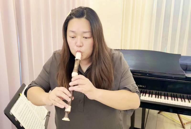 三民區民族國中音樂老師黃幸冠在線上教學生吹直笛。(教育局提供)
