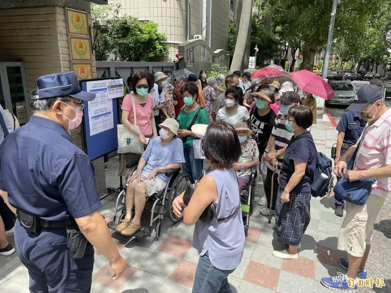 台北市民生國小接種站排隊群聚、插隊問題,民眾相互爆發口角,警方大聲喝斥,有民眾不滿稱「市長要我們別去市場人擠人,卻讓大批老人家來這冒險群聚」。(記者鄭名翔攝)
