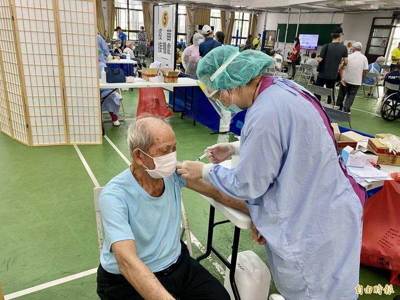 桃園市蘆竹區外社里高齡104歲的黃載生到場接種疫苗,為全場最高齡者。(記者魏瑾筠攝)