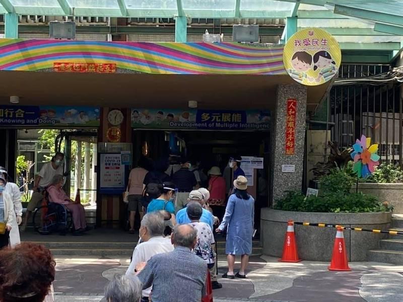 台北市政府今早開放85歲以上長輩施打武漢肺炎(新型冠狀病毒病,COVID-19)疫苗,但各地亂象多,不少施打點大排長龍,難以維持安全距離。(議員許淑華提供)