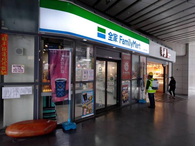 豐原清潔隊派員至豐原火車站的全家便利商店消毒。(豐原清潔隊提供)