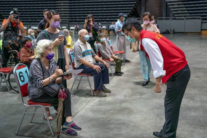 高雄市長陳其邁對於巨蛋動線有服務不好的地方,向長輩歹勢。(記者葛祐豪翻攝)