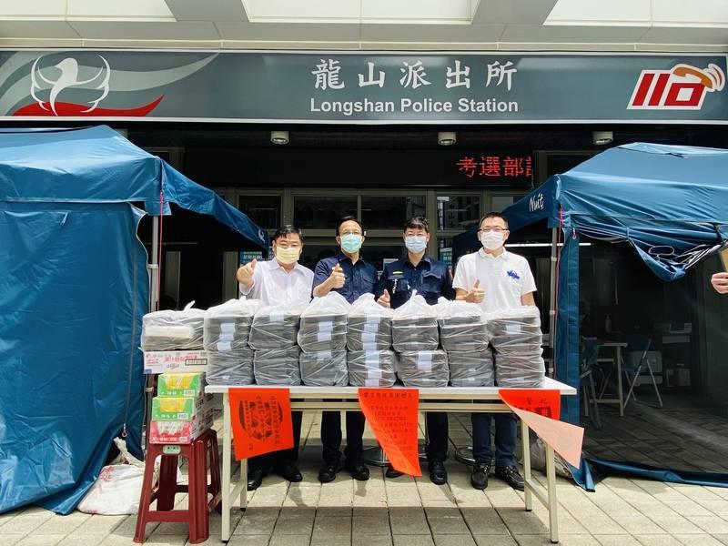 饗賓餐旅集團決定連續一個月提供中餐、晚餐餐盒給萬華分局。(記者王冠仁翻攝)