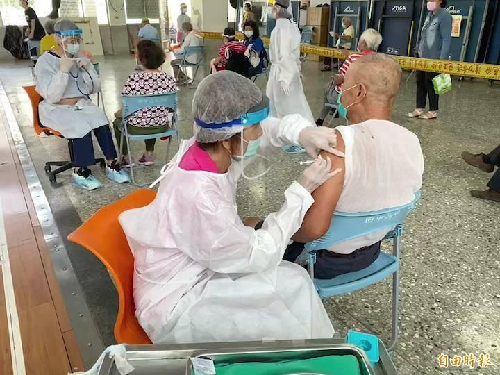 彰化縣今為預約75歲以上老人接種疫苗,首日預約者高達95%都準時到場完成接種。(記者張聰秋攝)