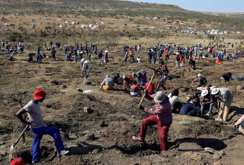 超過千名掏金客湧入KwaHlathi鎮挖掘鑽石。(路透)