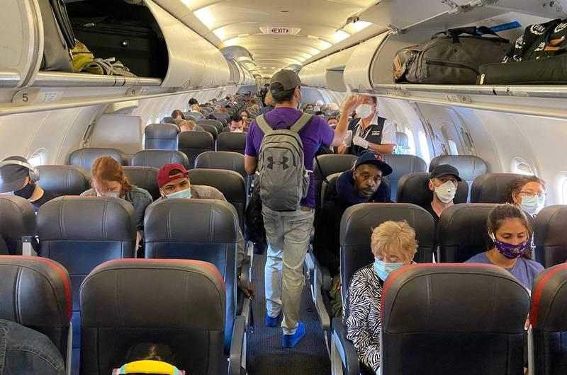 美國航空公司今年的乘客違法事件數,創下有史以來的最高紀錄,而其中約2300件與乘客在飛機上拒絕戴口罩有關,示意圖。(法新社)
