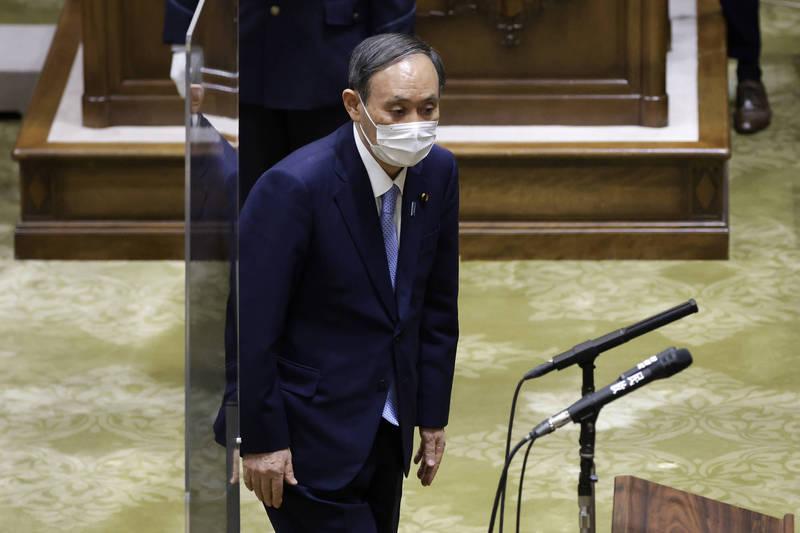 日本政府今(15日)宣布將以印度洋地區為中心,幫助其他國家減少排放溫室氣體,用以抵銷日本的排放量。圖為日本首相菅義偉。(彭博)