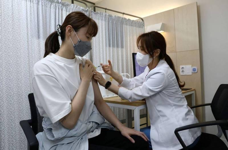 南韓政府比原本計畫還快了半個月,提前完成上半年1300萬人接種首劑的目標。(路透)