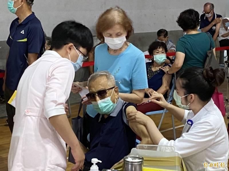 AZ疫苗今開放到75歲以上長者施打。(記者詹士弘攝)