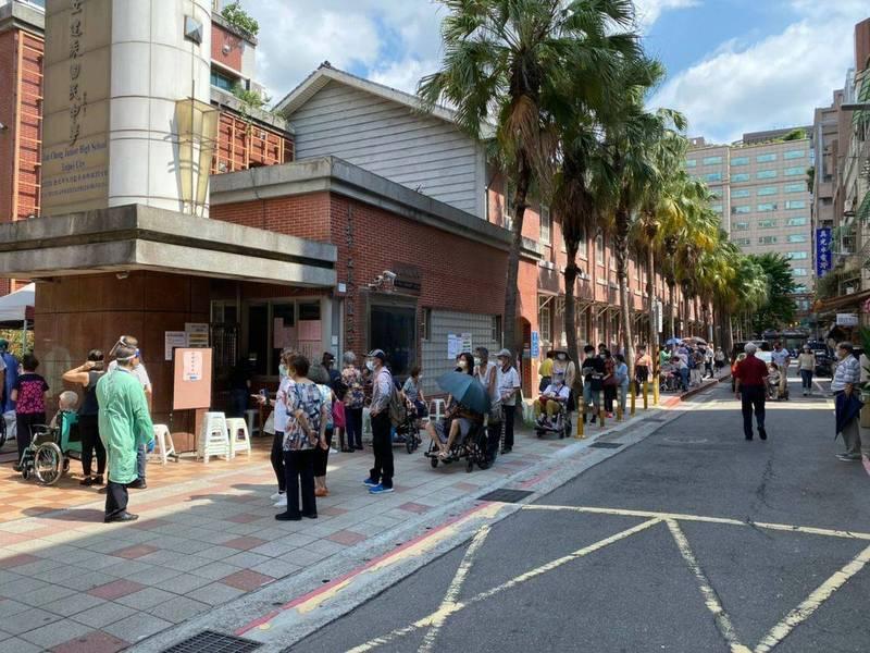 民進黨台北市議員梁文傑PO出照片表示,北市府沒明確告知施打時段,讓許多長者擠在施打國中外頭排隊曬太陽。(圖取自梁文傑臉書)