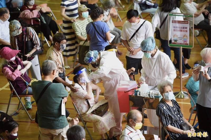 日本捐台124萬劑疫苗15日開打,台大醫院使用台大國際會議中心及醫學院體育館,院方表示首日安排871名85歲以上民眾施打疫苗。(記者羅沛德攝)