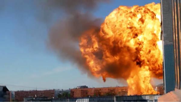位於俄羅斯新西伯利亞市的一處加油站14日驚傳加油站爆炸事故,從遠處可看到現場噴出巨大火球,據指大火延燒面積一度達1千平方公尺,已造成35人受傷。(圖擷自推特)