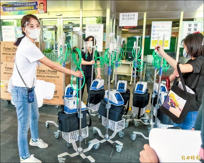 賈永婕昨日下午前往仁愛醫院送出HFNC。(資料照)