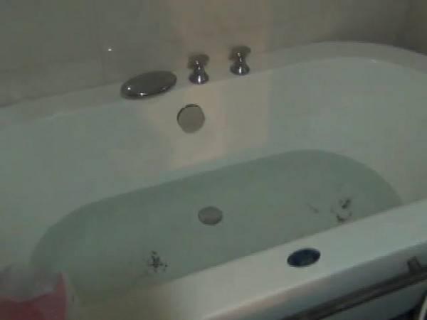 德國一名狠心的單親媽媽,對5個孩子下藥後,一個一個拖進廁所的浴缸淹死或悶死,此為浴缸示意圖。(記者許國楨翻攝)
