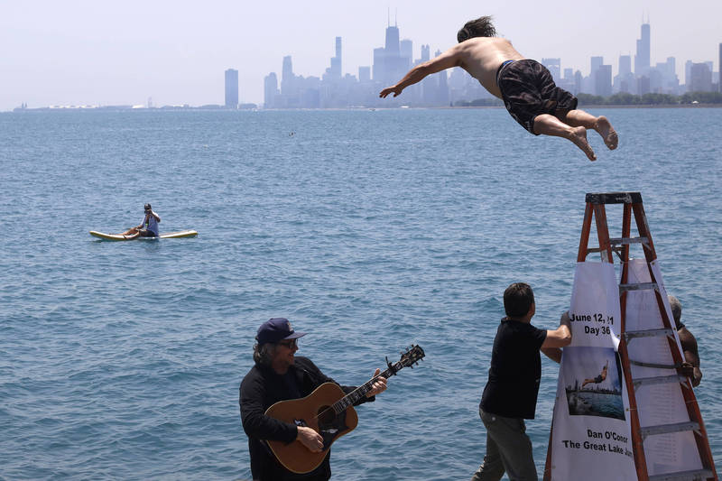 美國芝加哥1名男子,為了在武漢肺炎(新型冠狀病毒病,COVID-19)大流行期間紓壓,從去年起天天去跳密西根湖,上週六完成「第365跳」。(美聯社)