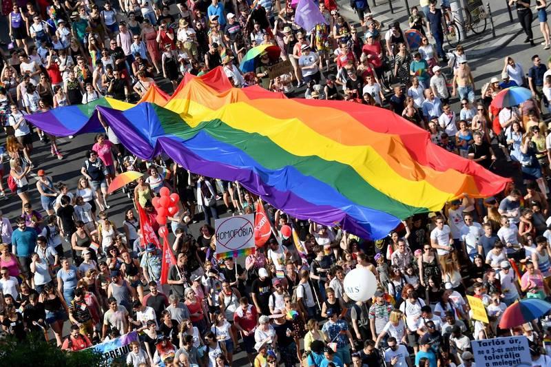 數千位民眾昨日為阻止該法案通過,在布達佩斯舉行抗議活動。(法新社)