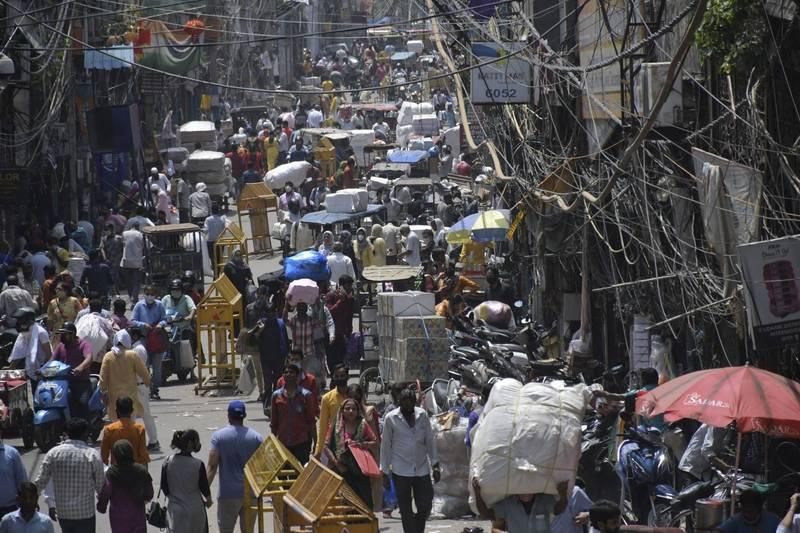 印度單日新增確診病例降至2個月新低,德里等部分主要城市開始解除嚴格防疫限制。(美聯社)