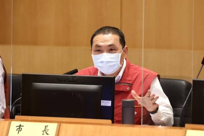 新北市長侯友宜要求市府團隊,一定要嚴格落實冷熱區防疫策略。(新北市政府提供)