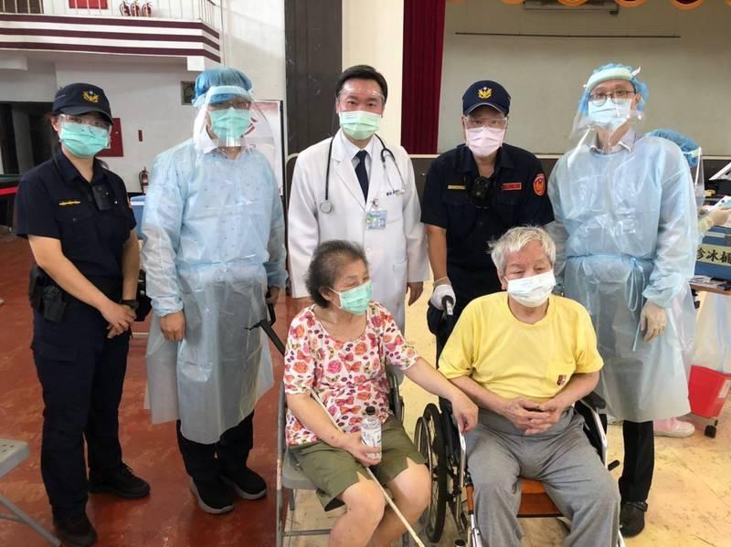 國軍高雄總醫院院長柯朝元(後排中)與警方、醫護人員一起跟老夫婦合影留念。(警方提供)