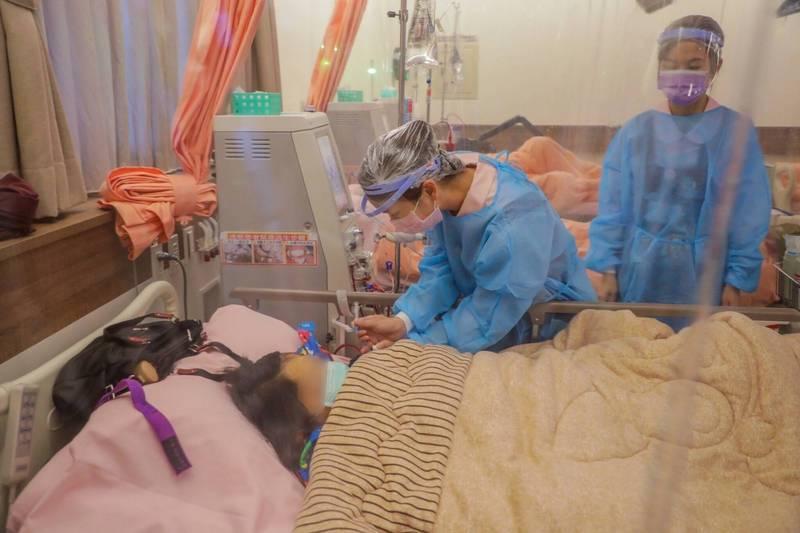 中市長盧秀燕今天到西屯區大業診所視察洗腎病患疫苗施打情形(市府提供)