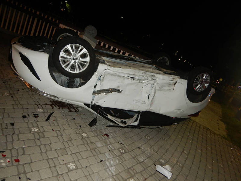 豐田YARIS被撞到四輪朝天。(民眾提供)