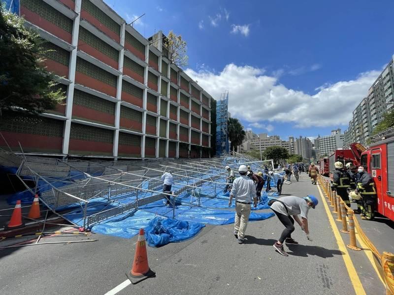 即將拆除的5層樓大樓,圍起的鷹架突然全面倒塌。(記者徐聖倫翻攝)