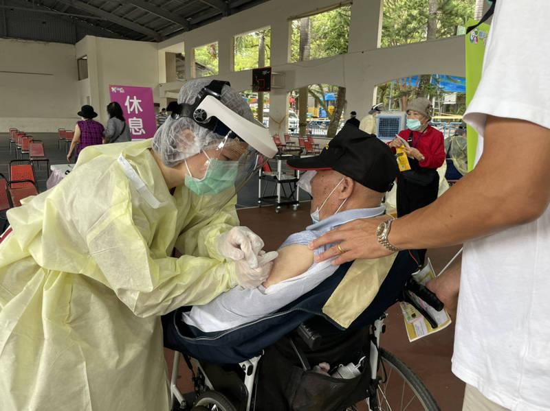 埔里綜合球場的大型接種站,坐輪椅的長者接受注射。(埔里鎮公所提供)