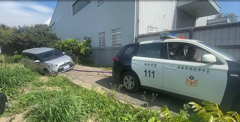 豐原分局神岡分駐所員警利用四輪傳動的巡邏車,協助民眾卡溝車脫困。(記者歐素美翻攝)