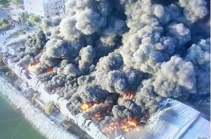 南市仁德區工廠火災大火與濃煙竄天空拍圖。(圖:南市消防局提供)