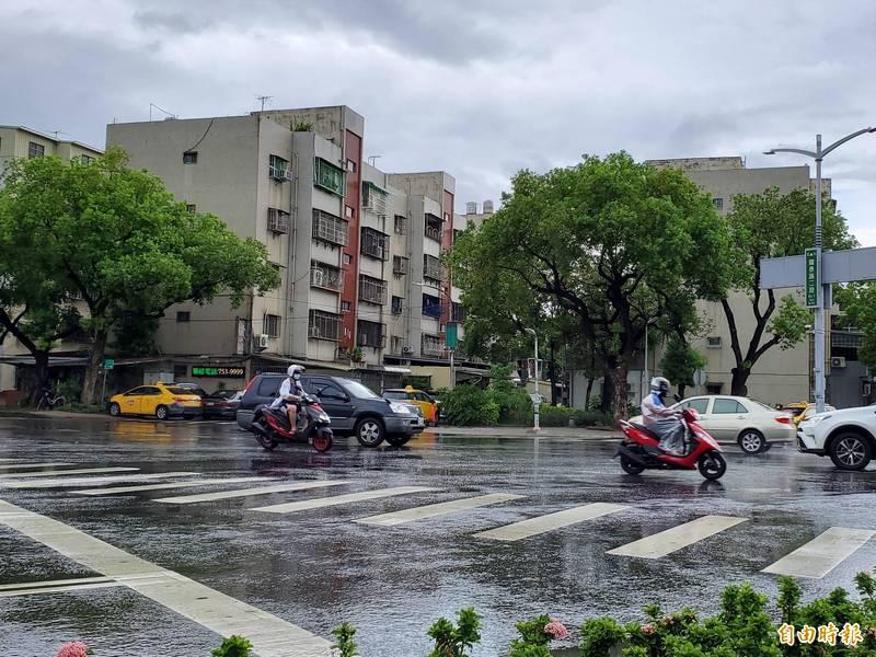 高市今午後下大雷雨,3區達大雨等級。(記者陳文嬋攝)