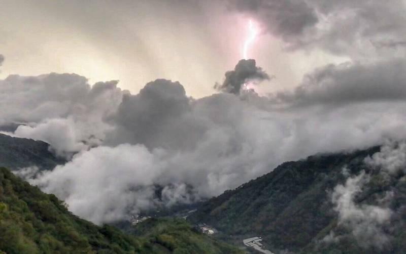 南投信義山區午後常有雷陣雨,就有民眾目睹山區頻繁出現打雷閃電,並記錄震撼的雷電場景。(陳才毅提供)