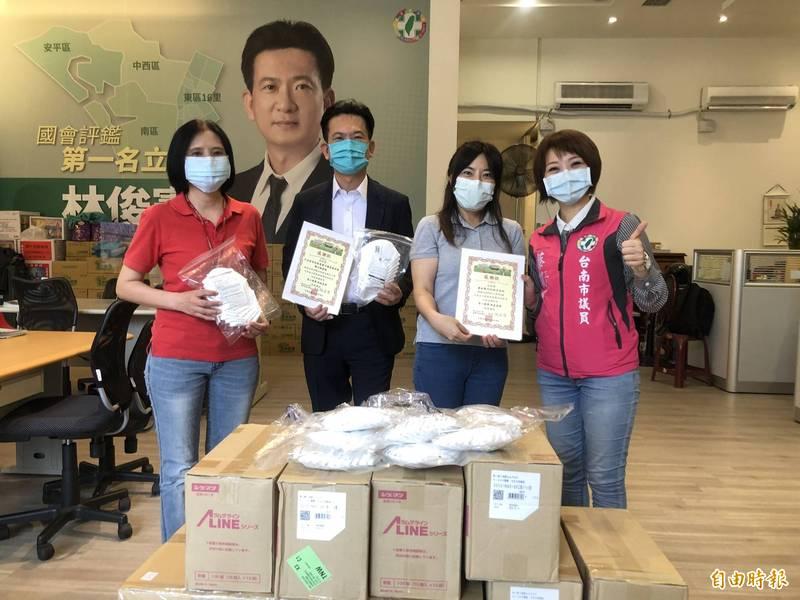 立委林俊憲、南市議員蔡筱薇媒合溢盛科技及日本重松製作所合捐防疫物資予成大醫院。(記者王姝琇攝)