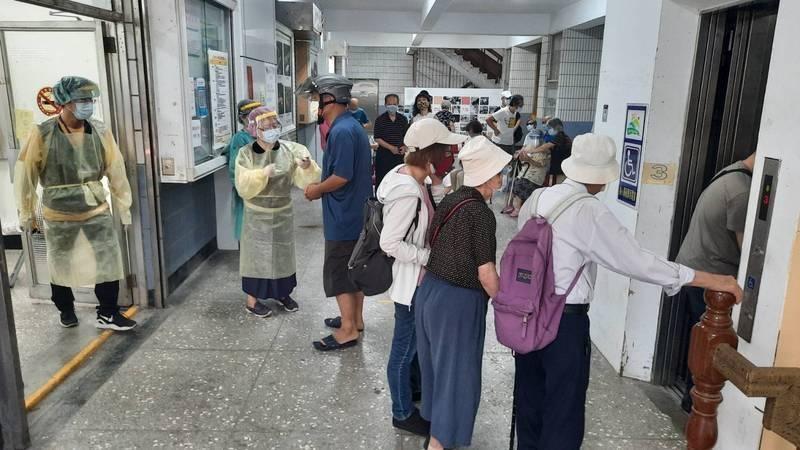 台北市聯合醫院忠孝院區昨在成德市場替長輩施打疫苗,現場人很多。(北市議員游淑慧提供)