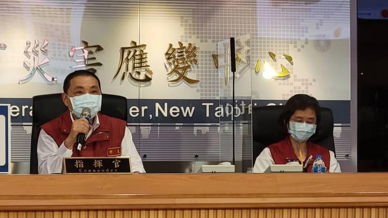 衛生局長陳潤秋(右)表示,2人的死因尚待釐清。(圖由新北市新聞局提供)