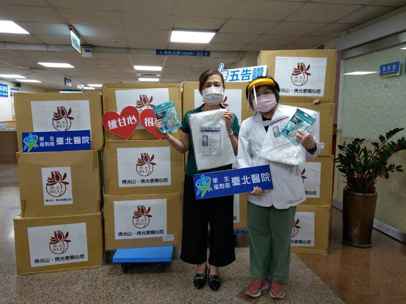 佛光山擇善寺分別捐贈部立台北醫院防護衣及N95口罩各1千個。(圖由新莊區公所提供)