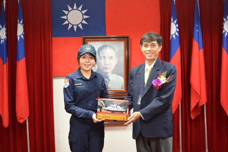 高雄港警總隊布袋中隊警員卓穎蘭(左),去年獲選好人好事。(警方提供)