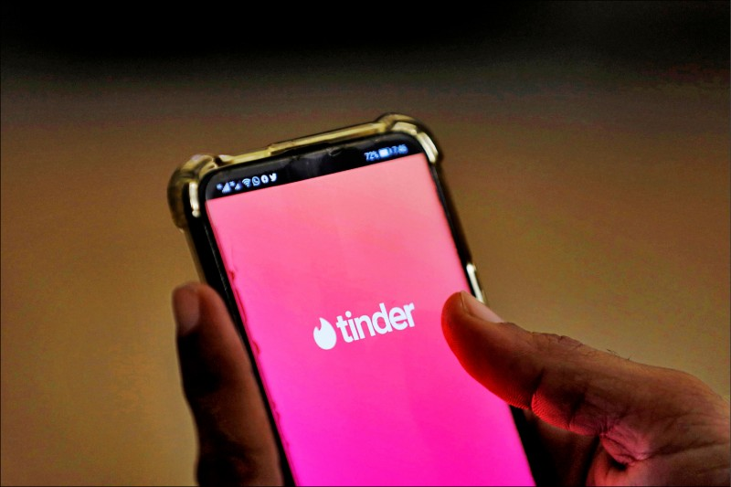 交友軟體Tinder的起始畫面。(路透檔案照)