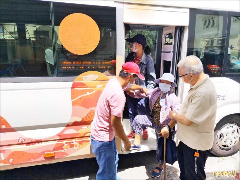 屏東偏鄉滿州施打疫苗,長者有幸福巴士接送。(記者蔡宗憲攝)