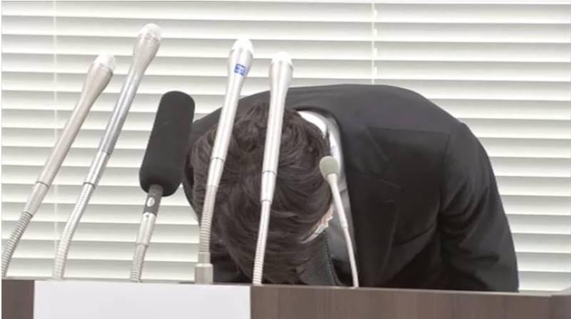 川崎市日前一個存放輝瑞疫苗的冷凍庫故障溫度上升,導致6396劑輝瑞疫苗報廢,負責人16日出面90度鞠躬道歉。(圖翻攝自推特)